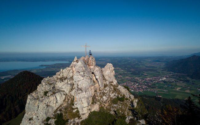 Gipfelkreuz und Chiemsee ©Gipfelfieber Studio